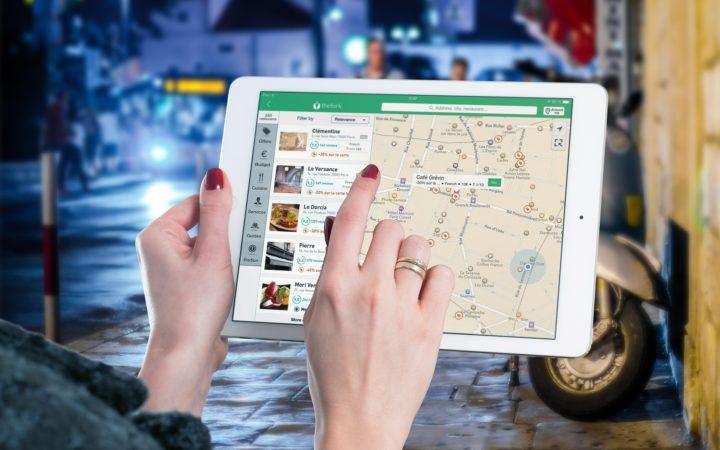 飲食店までのマップを検索する女性の手